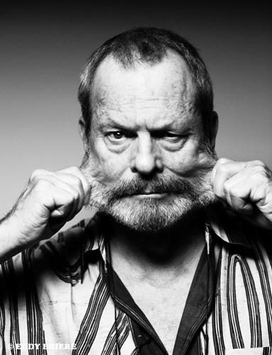 """Terry Gilliam, tiraillé entre absurde et absurde de l'absurde (""""absurde au carré"""")... Il est à noter que, dans ses films, l'on retrouve souvent le concept de """"visages déformés"""", voire de """"corps humain déformé"""", que ce soit par la mise en scène (cadrages, optiques déformant les perspectives...), mais surtout par le maquillage """"latexifié"""", comme si la peau n'était qu'un masque de plus, une combinaison permettant de survivre dans l'hostile milieu des vivants... Un des plus célèbres exemples est la séquence de """"Brazil"""" où la mère du héros subit une opération de chirurgie esthétique au moyen d'une machine étendant à outrance son """"visage de plastique""""..."""
