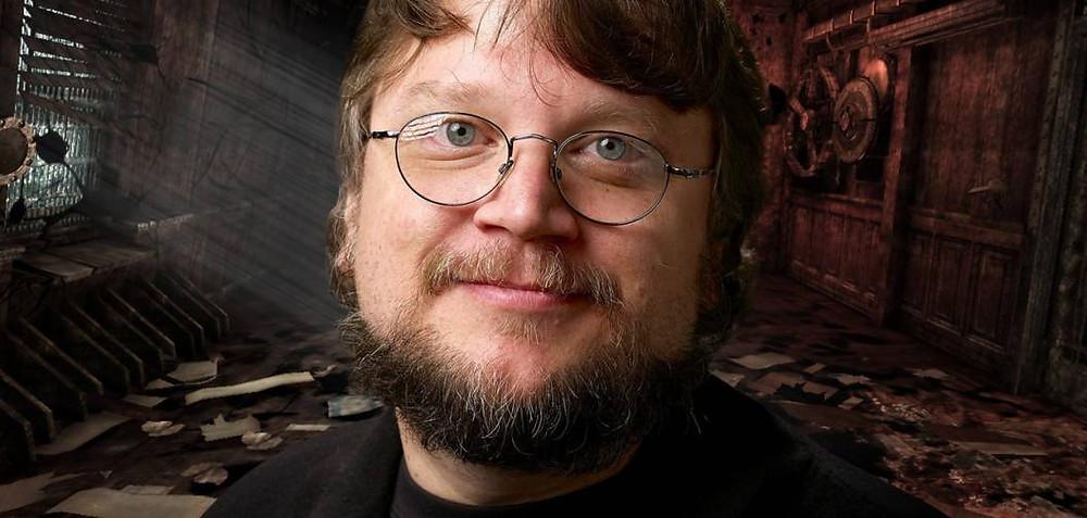"""On ressent déjà ici la dualité, la dichotomie du monde de Guillermo Del Toro : un profil éclairé d'une pâleur féérique, faisant face à un horizon aussi craquelant que cramoisi (un """"profil"""" qui fait """"face"""" ! Quand on décrit Guillermo Del Toro, on se retrouve souvent à le faire de façon fantasque) !"""