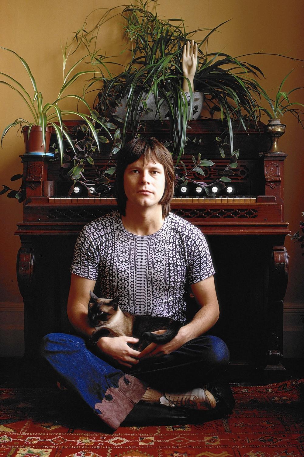 Le Roi Terry Gilliam Ier, fièrement installé sur trône, son royal fauve dans les bras...