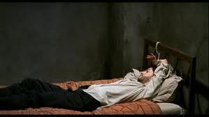 """Tirésia sur son """"lit de torture"""", abandonné même par le silence, attendant le cruel retour de son bourreau,  """"l'esthète psychopathe"""" qui va bientôt lui voler son regard."""