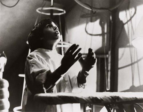 Barrett Oliver, grimé en Victor Frankenstein, cherche l'Avenir, la Vie et la Victoire dans les éclairs de la nuit...