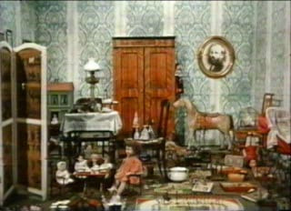 """Photographie issue du court-métrage """"Jabberwocky (ou les vêtements de paille d'Hubert Paglia)"""", réalisé en 1971, par Jan Svankmajer, dont l'oeuvre surréaliste a grandement inspiré Terry Gilliam, Tim Burton ou Henry Selick. Ce dernier ne cache pas qu'il souhaiterait, un jour, pouvoir travailler avec ce """"mentor"""" secret. Dans ce film, après la récitation du poème éponyme de Lewis Carroll (""""De l'Autre Côté du Miroir""""), divers jouets facétieux décident de vivre pour deviser un peu, à l'abri d'une chambre d'enfants."""