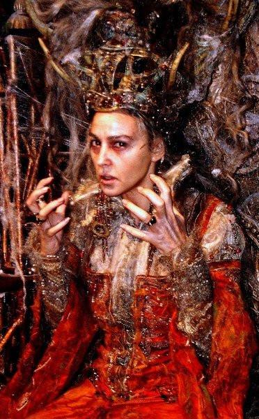 """Monica Bellucci incarnant une """"Raiponce"""" bien poussiéreuse : la maléfique """"Reine au Miroir""""...!"""