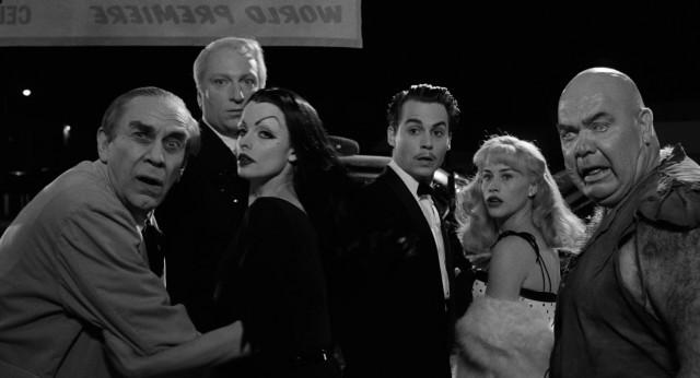 """Comme l'indique l'affiche : """"EREIMERP DLROW""""... De gauche à droite : Béla Lugosi (Martin Landau), Criswell (Jeffrey Jones), Vampira (Lisa Marie), Ed Wood Jr. (Jonnhy Depp), Kathy O'Hara (Patricia Arquette) et Tor Johnson (George Steele)."""