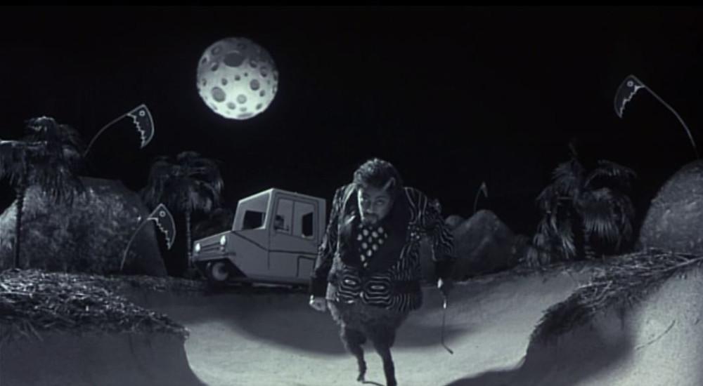 """""""La Lune spongieuse est là, mais lui, qu'est-ce qu'il me veut ? J'espère que le plexiglass de la caméra est bien solide : il ne m'a pas l'air au meilleur de son humeur, celui-là..."""""""