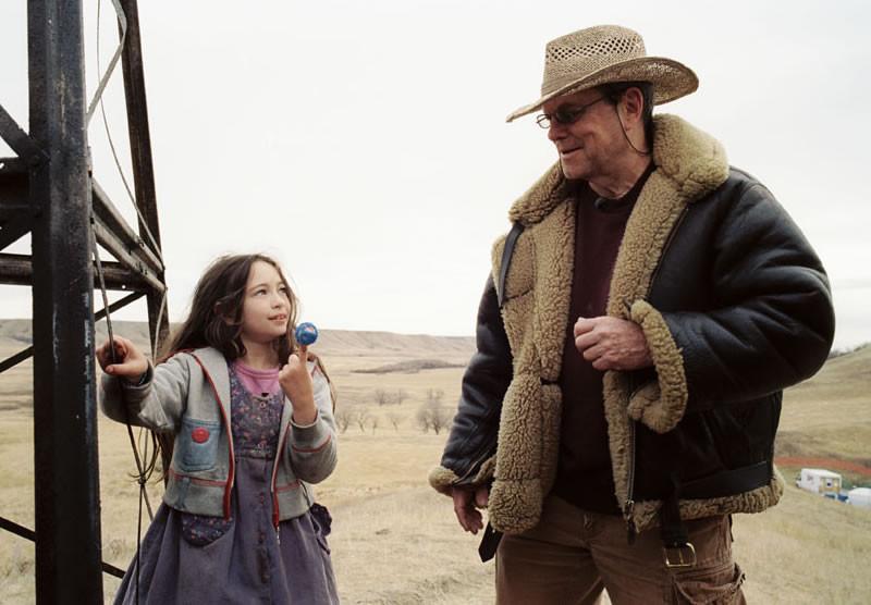 """Jodelle Ferland et Terry Gilliam, sur le tournage de l'exceptionnel """"Tideland""""."""
