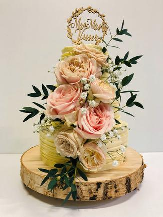 Bruidstaart met verse bloemen