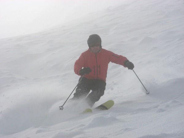 Trés belle attitude d'un skieur hors piste qui fait plaisir à voir pour son moniteur de ski aussi