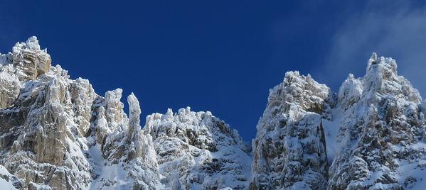 Les sommets rocheux sont ce jour là recouvert de neige plaquée par le vent et le froid le spectacle est magnifique