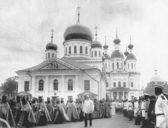 Cross procession in Sarov Monastery