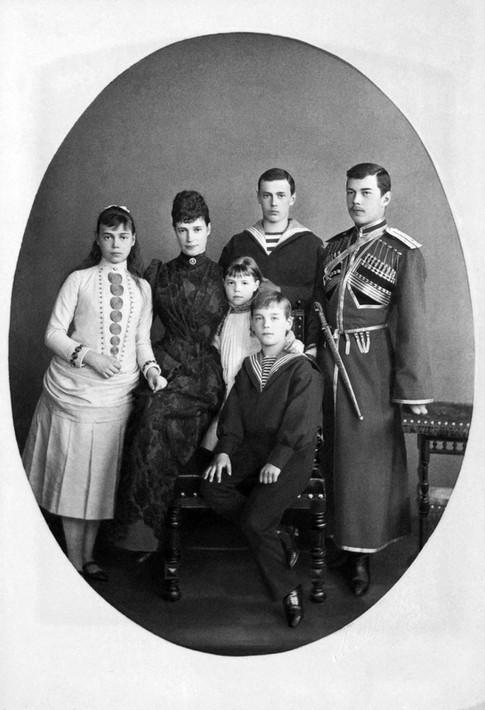 Από αριστερά: Ξένια, τσαρίνα Μαρία, Όλγα και μπροστά της ο Μιχαήλ, πίσω ο Γεώργιος και ο Νικόλαος.