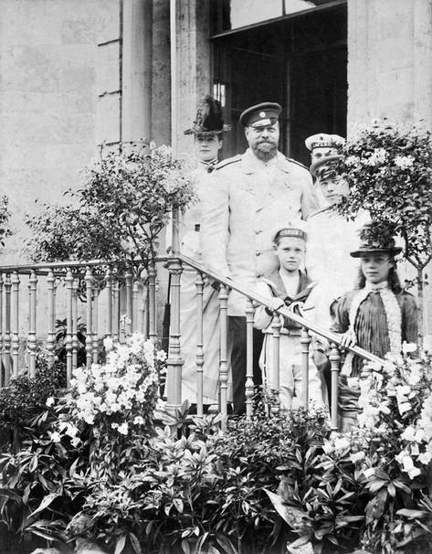 Το αυτοκρατορικό ζεύγος. Μπροστά από τον τσάρο στέκεται Ο Μιχαήλ και πιο μπροστά η Ξένια. Πίσω από το φυτό, ο Νικόλαος και ο Γεώργιος.