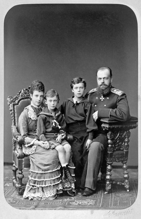 Ο Νικόλαος όρθιος δίπλα από τον πατέρα του, τσάρο Αλέξανδρο Γ΄. Η αυτοκράτειρα Μαρία κρατάει τον Γεώργιο.