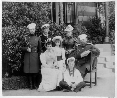 Από αριστερά: Νικόλαος, Γεώργιος, η τσαρίνα καθισμένη και δίπλα της η Όλγα, η Ξένια, ο τσάρος καθισμένος και κάτω στο πάτωμα ο Μιχαήλ.