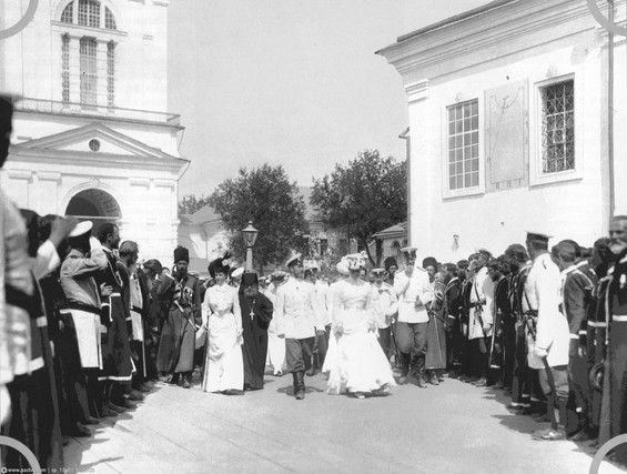 The people greet the Imperial family in Sarov