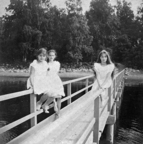 Αριστερά η Μαρία με την Τατιάνα και δεξιά η Όλγα.