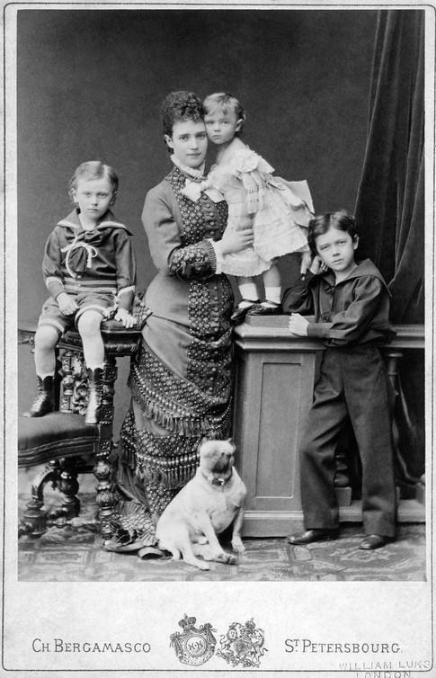 Ο Νικόλαος όρθιος πρώτος από δεξιά. Η μητέρα του κρατά την αδελφή του Ξένια. Δίπλα ο αδελφός του Γεώργιος.