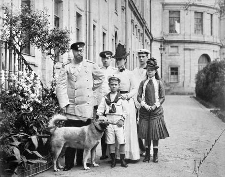Από αριστερά: τσάρος Αλέξανδρος Γ΄, Νικόλαος, τσαρίνα Μαρία και μπροστά της ο Μιχαήλ, Γεώργιος και Ξένια.