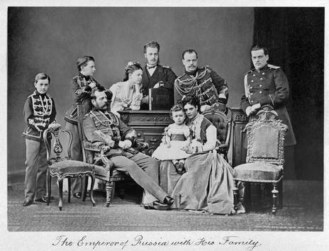 Καθιστός ο τσάρος Αλέξανδρος Β΄, παππούς του βασιλομάρτυρος Νικολάου. Ο Νικόλαος, βρέφος, στην αγκαλιά της μητέρας του, Μαρίας Φεόντοροβνα. Πίσω τους όρθιος ο πατέρας του Νικολάου, μετέπειτα τσάρος Αλέξανδρος Γ΄.