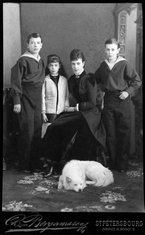 Από αριστερά: Νικόλαος, Ξένια, τσαρίνα Μαρία, Γεώργιος.