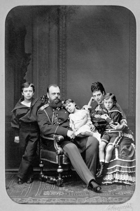 Ο Νικόλαος πρώτος αριστερά. Ο τσάρος Αλέξανδρος Γ΄ κρατάει την Ξένια και η τσαρίνα Μαρία τον Γεώργιο.