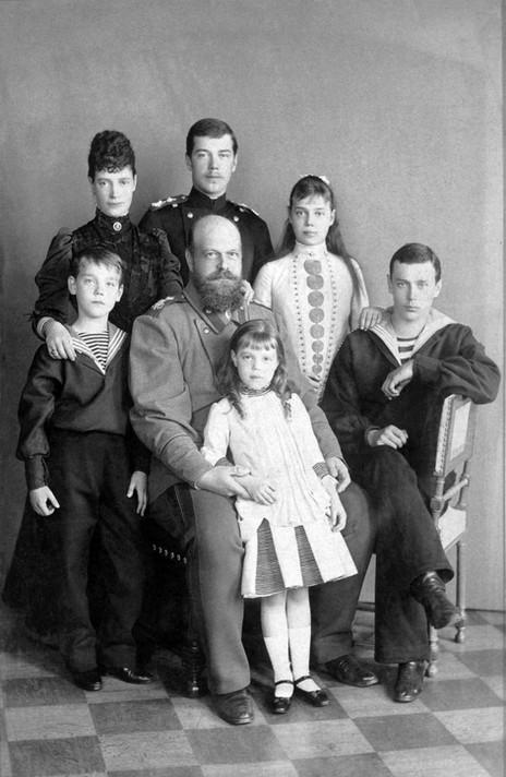 Ο τσάρος Αλέξανδρος καθισμένος με την κόρη του Όλγα. Πίσω του, από αροστερά: Μιχαήλ, τσαρίνα Μαρία, Νικόλαος, Ξένια, και ο Γεώργιος καθιστός.