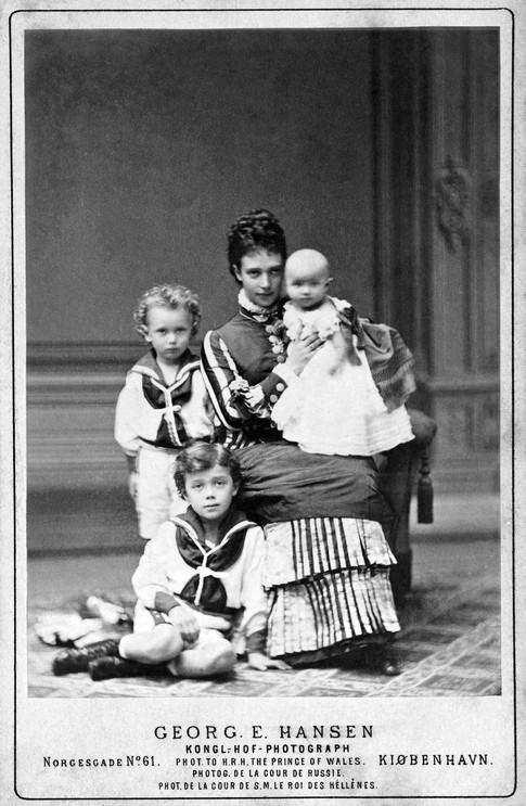 Ο Νικόλαος καθισμένος στο πάτωμα. Πίσω του ο αδελφός του Γεώργιος. Η αυτοκράτειρα Μαρία κρατάει την Ξένια.