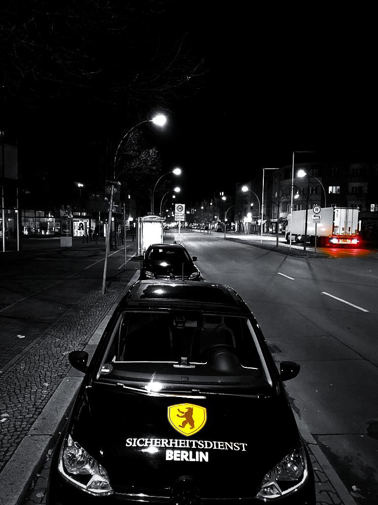 Die Kriminalität in Berlin schläft nicht und ist meistens im Schutz der Dunkelheit unterwegs. Wir vom Sicherheitsdienst Berlin schlafen auch nicht! Wir sind 24 Stunden, 7 Tage die Woche an 365 Tagen im Jahr, für den Schutz und die Sicherheit unserer Kunden im Einsatz. Sicherheitsdienstleistungen mit Qualität aus und in Berlin