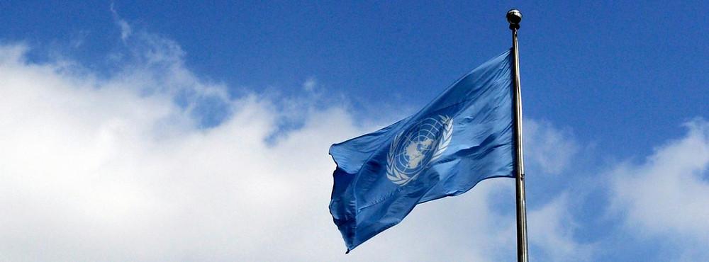 ÜRO lipp lehvib varbas, taustaks valge pilvega sinine taevas