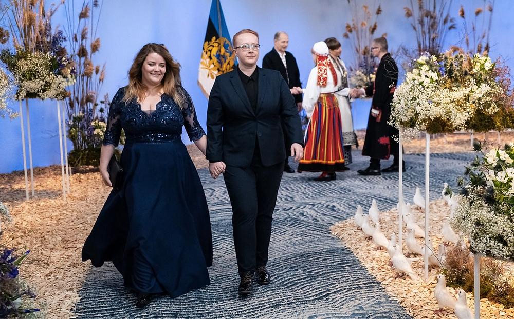 Ühingu tegevjuht Kristel ja huvikaitseekspert Aili presidendi vastuvõtul käest kinni kõndimas pärast käesurumist presidendiga