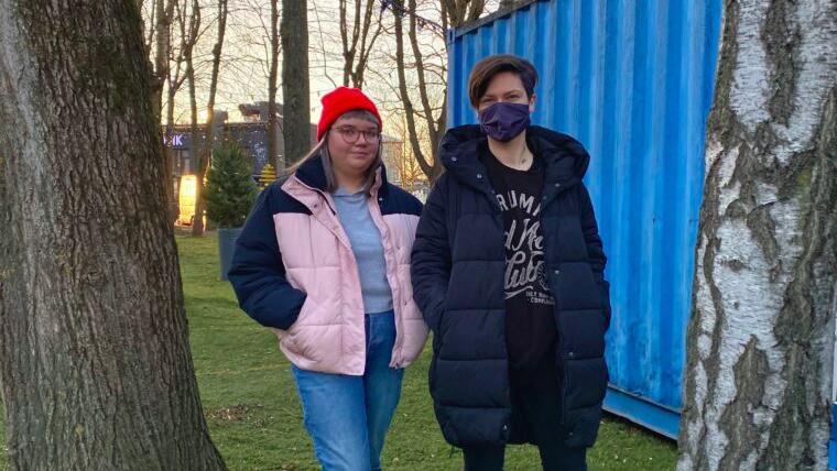 """""""Argieluvõrdsuse"""" saatejuhid Eva Marta ja Kristiina IDA Radio konteineri ees"""