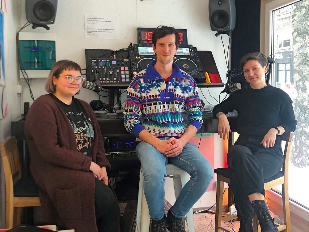 Saatejuhid Eva Marta ja Kristiina koos külalise Indrek Niiboga IDA Raadio stuudios.