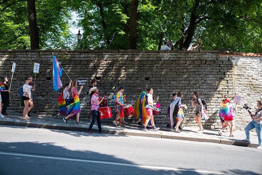 2020. aasta pride-aktsiooni osalised kõnnivad Tallinnas Harjumäel. Osal on käes sildid ja lipud, osa on Rhythms of Resistance trummarid.