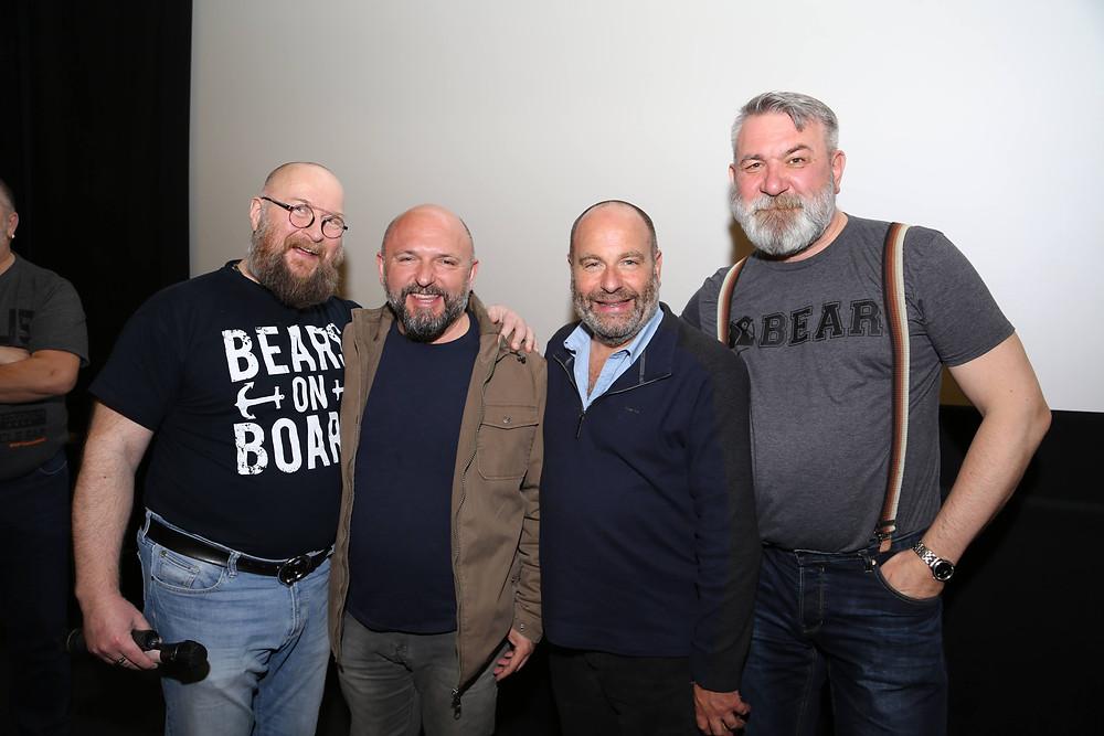 Fotol  Tallinn Bearty korraldajad Alvar ja Dmitri koos eelmise aasta programmikülalistega režissöör Miguel Albaladejo (Hispaania) ning stsenarist, produtsent ja näitleja Rick Copp (USA)