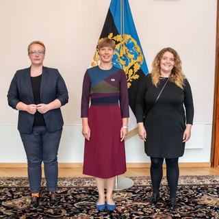Aili ja Kristel kohtusid Vabariigi Presidendi Kersti Kaljulaiuga, kes sai ühingult Vikerkaarekangelase tiitli ja rinnamärgi