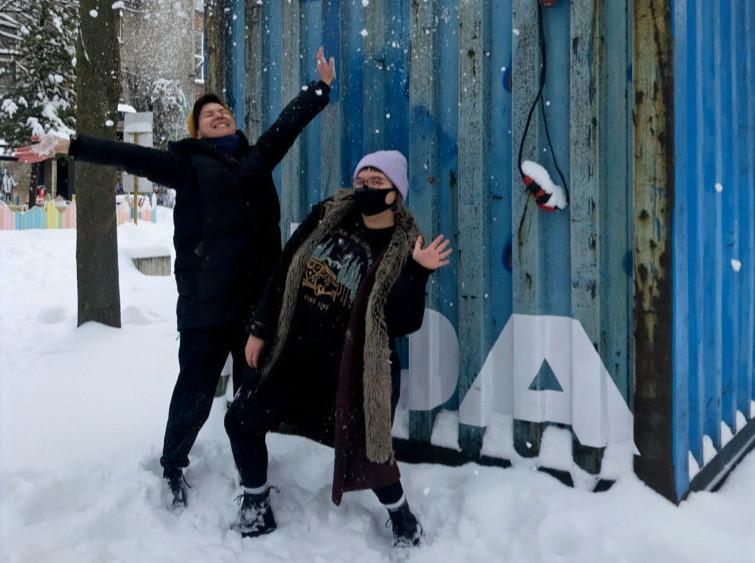 Kristiina ja Eva Marta IDA Raadio stuudio ees lumes möllamas