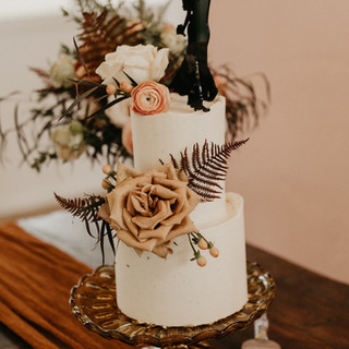 Mini Elopement cake with fresh flowers