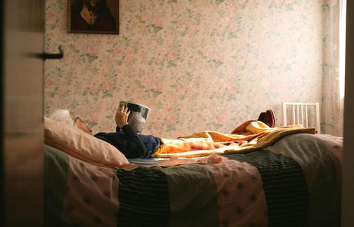 mamie lit au lit 4.jpg