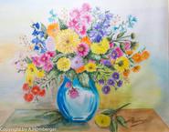 Blumen in blauer Vase