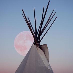Je vois la lune en rose...