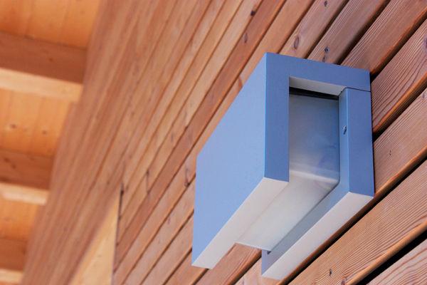 lampada moderna rivestimento facciata listelli larice