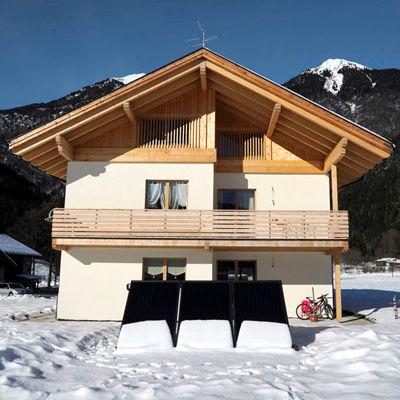 Casa in legno Carisolo, rivestimento facciata legno di larice, parapetto balcone in legno di larice