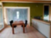 Cucina moderna, tavolo moderno in legno, pavimento in legno, pareti in argilla