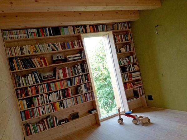 Libreria in legno, intonaco in argilla, pavimeto in legno