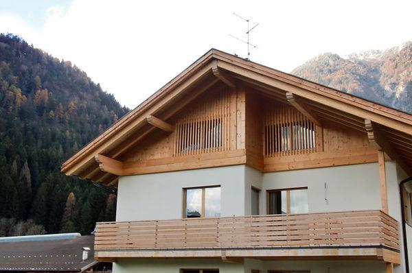 Casa in legno Carisolo_3.JPGCasa in legno Carisolo, rivestimento facciata legno di larice, parapetto balcone in legno di larice