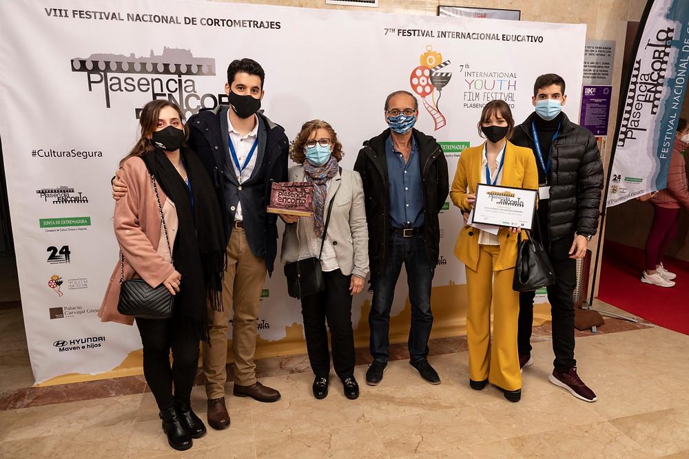 El equipo del cortometraje posando en el photocall con el premio.