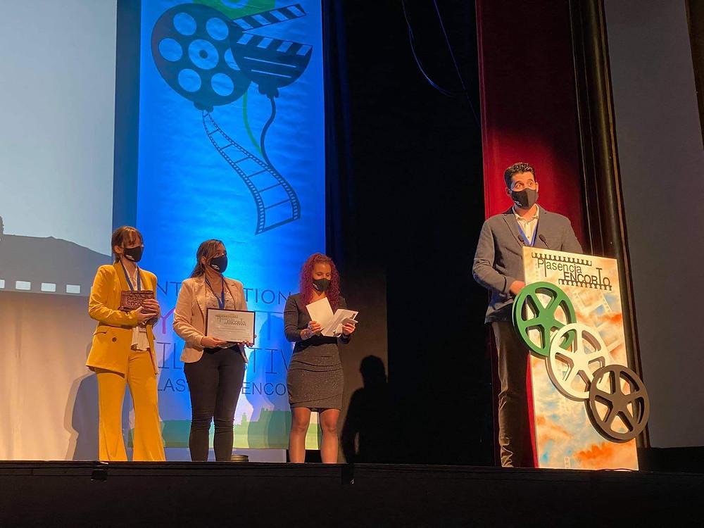 El director y las protagonistas de FUTURO PASADO en el escenario del teatro recogiendo el premio.