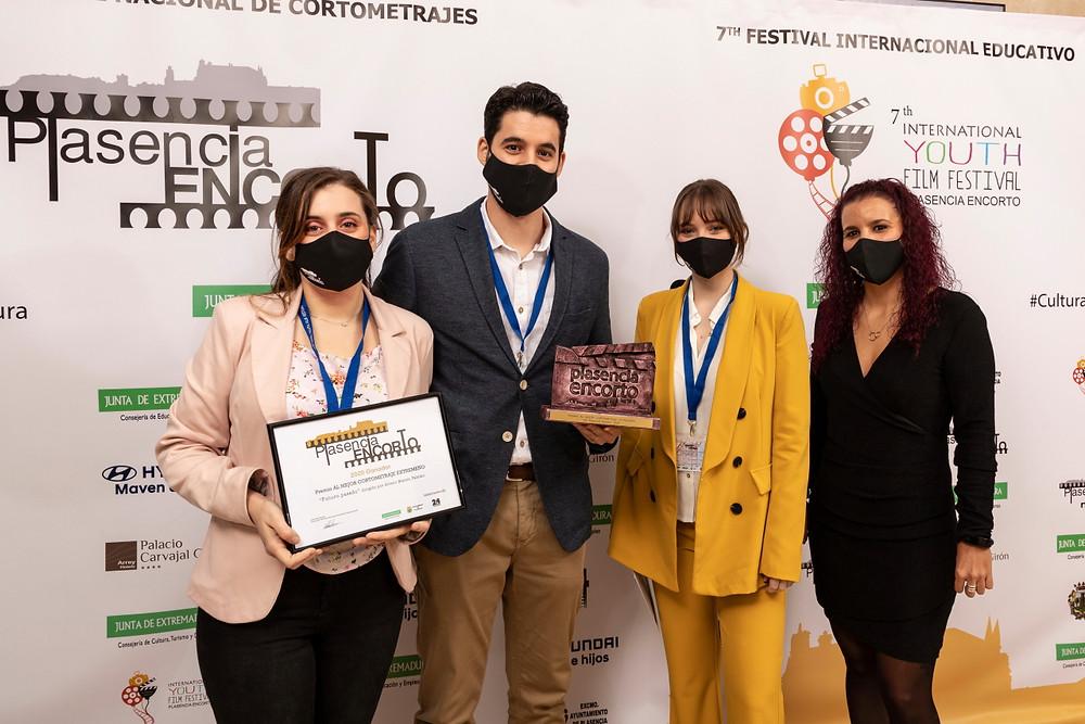 El directo y las protagonistas de FUTURO PASADO posando en el photocall con el premio, junto a la directora del Festival.