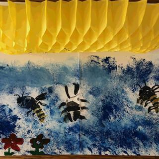 ハチの巣に集まるクワガタとハチ