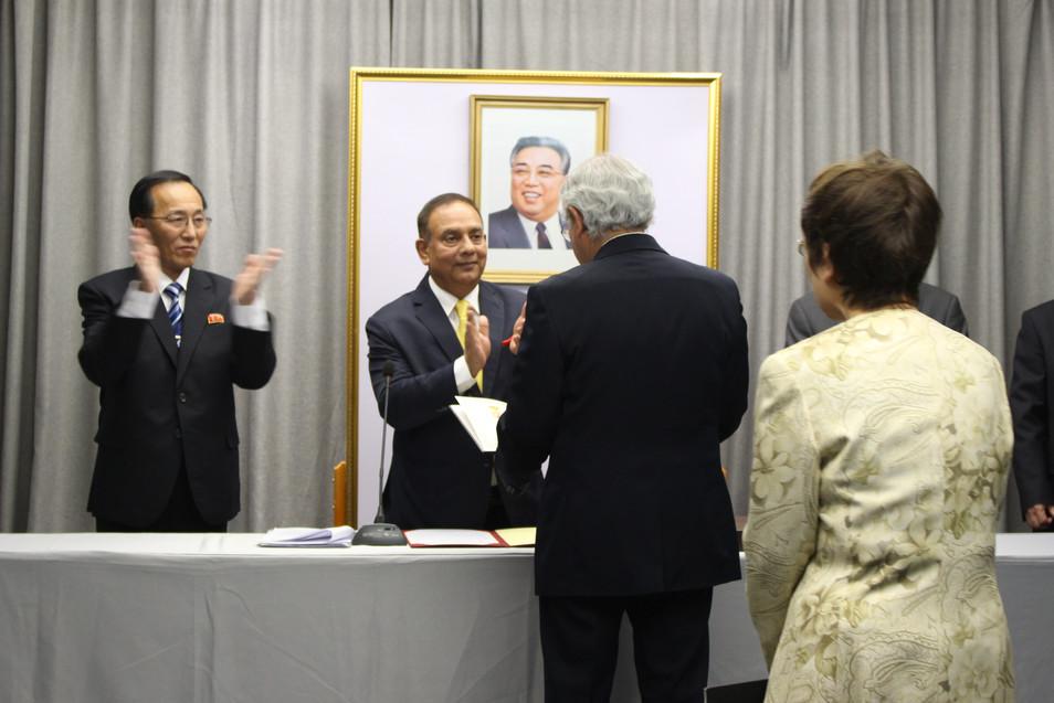 Palkinnon luovutus Ramon Jimenez Lopezille